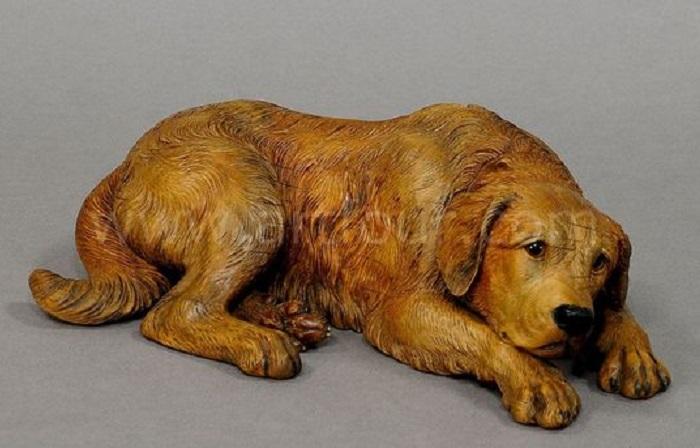 Скульптура грустного пса, вырезанная из дерева неизвестным автором. | Фото: pinterest.com